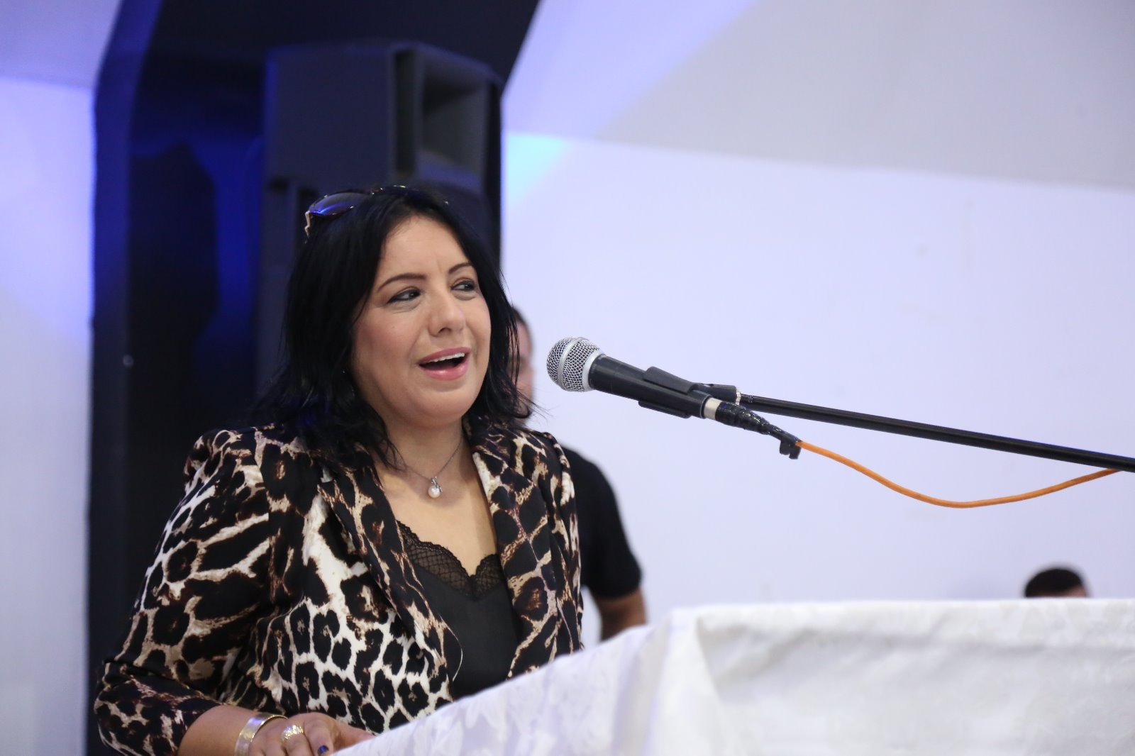 السيدة ابتسام احمد علي تقدم 3 جوائز نقدية خلال حفل تخريج الفوج الثاني والثلاثين