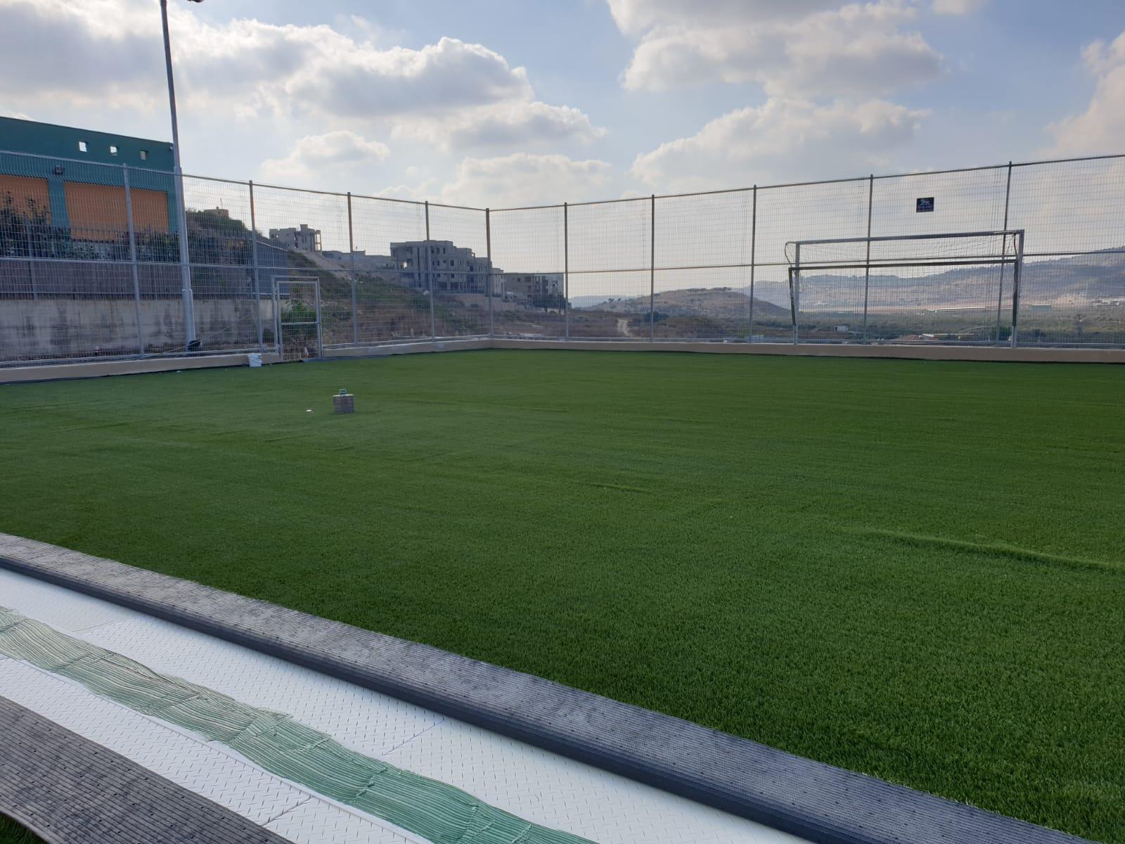 ملعب العشب الإصطناعي ( דשא סינטטי )  حسب مراحل تقدم العمل